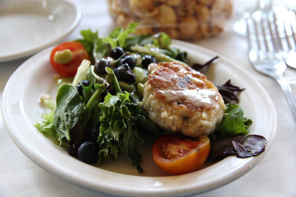 mike-diannas-obx-crab-cake-on-berry-salad