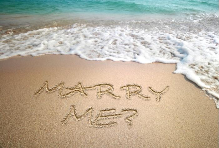 beach-proposal-idea-sand-writing